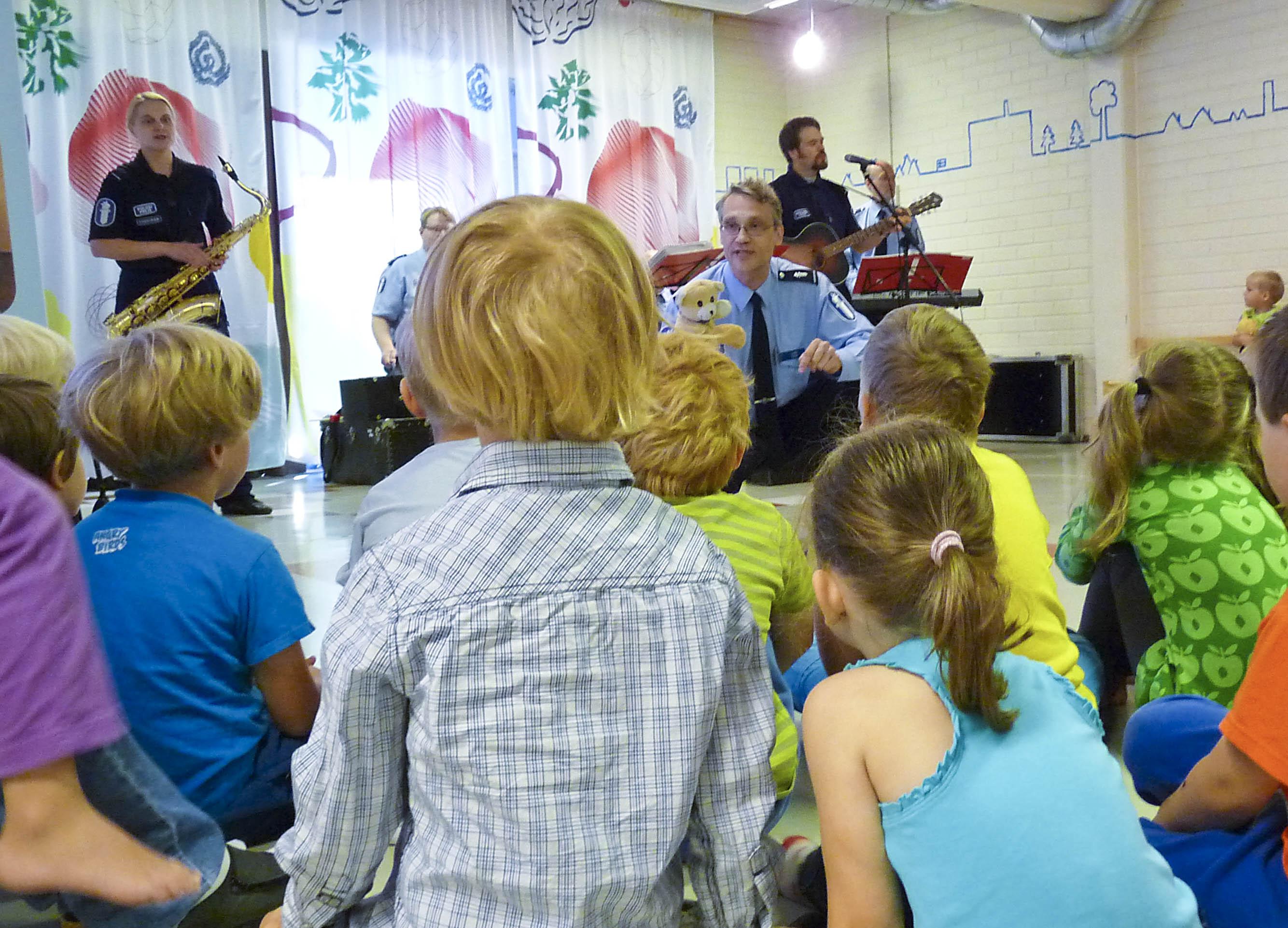 Lasse kertoo asiaa liikenteestä ja lapset kuuntelevat_2